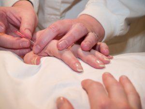 shutterstock arts in behandeling met patient