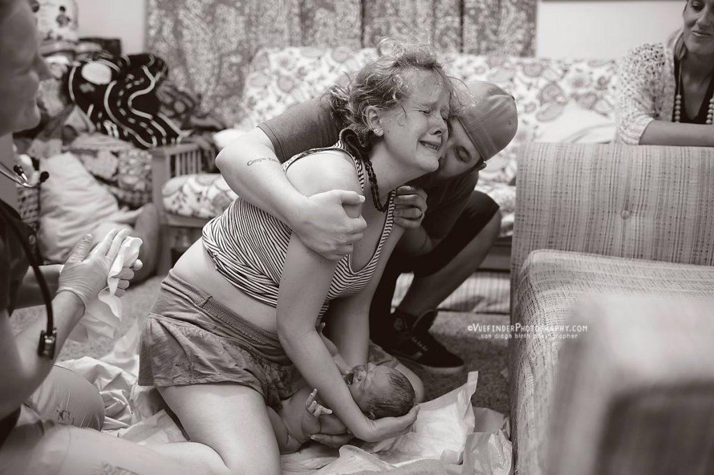 familiegeluk moeder pakt zelf baby